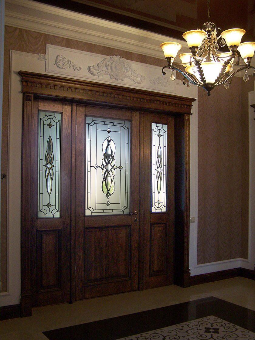 дизайн входных дверей с витражом