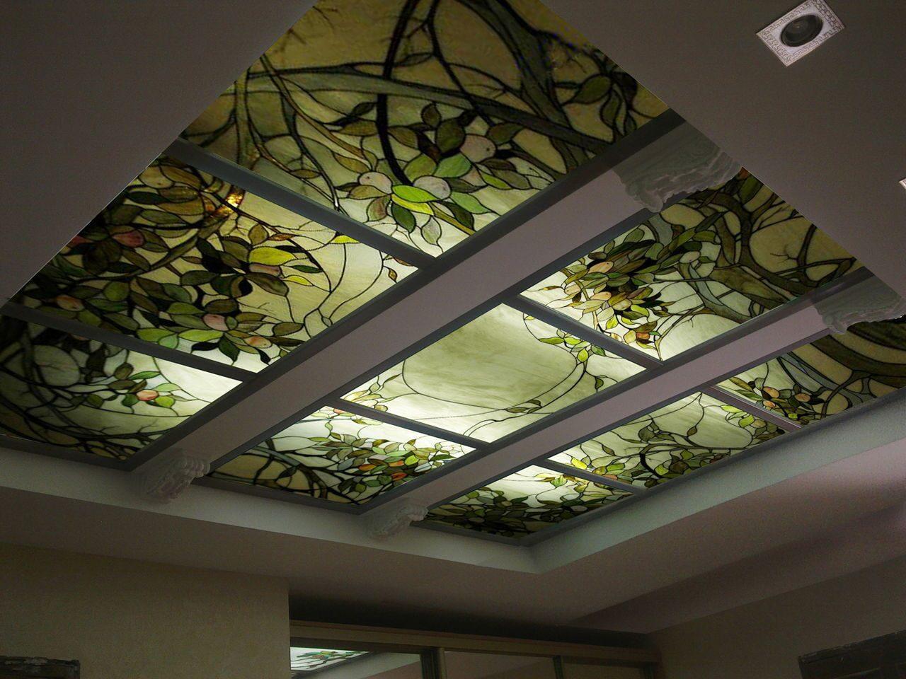 Фото витража Яблоня на потолке На фото представлен витраж Яблоня